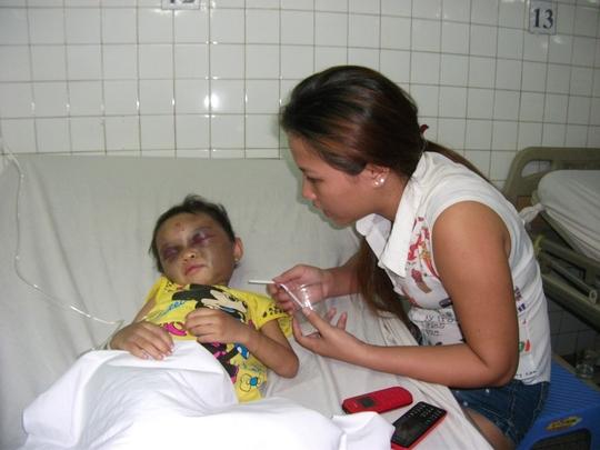 Bé Đỗ Thị Kim Ngân được những người hàng xóm tốt bụng đưa vào bệnh viện, chăm sóc