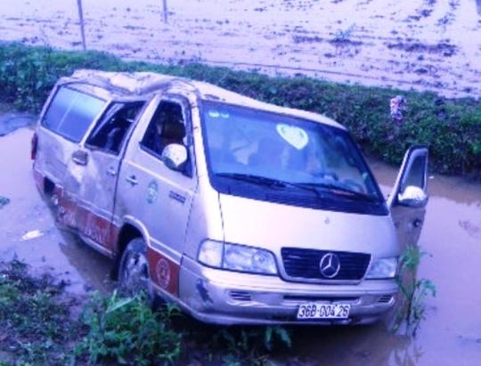 Sau cú va chạm, chiếc xe khách lộn mấy vòng và rơi xuống mương nước ven đường