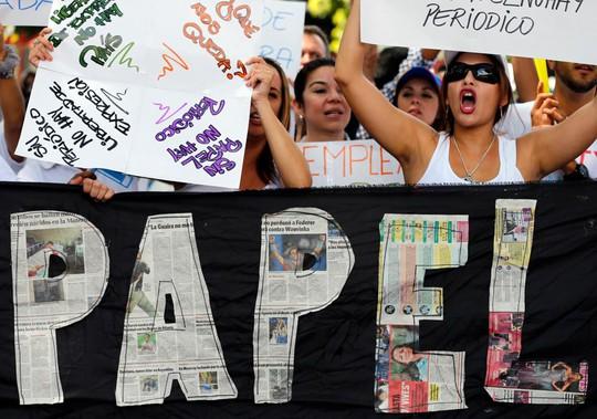 Nhân viên các tờ báo ở thủ đô của Venezuela biểu tình phản đối quy định mua đồng USD của chính phủ. Ảnh: AP