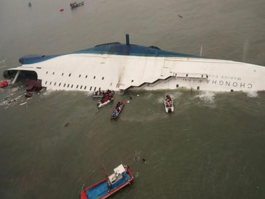 Công tác cứu hộ các nạn nhân chìm tàu đang gấp rút được tiến hành. Ành: Yonhap