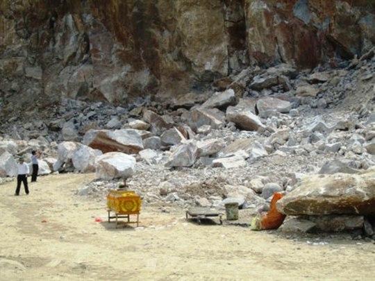 Một vụ sập mỏ đá xảy ra ở huyện Đông Sơn, tỉnh Thanh Hóa làm 3 người chết vào tháng 6-2013.