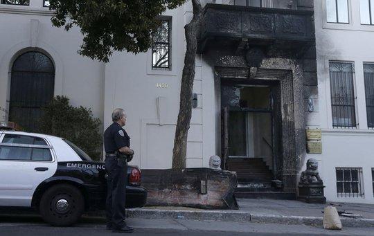 Lãnh sự quán Trung Quốc tại Mỹ bị đốt. Ảnh: AP