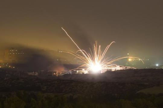 Một quả rốc-két của quân đội Israel bắn vào phía Bắc Dải Gaza hôm 17-7. Ảnh: Reuters