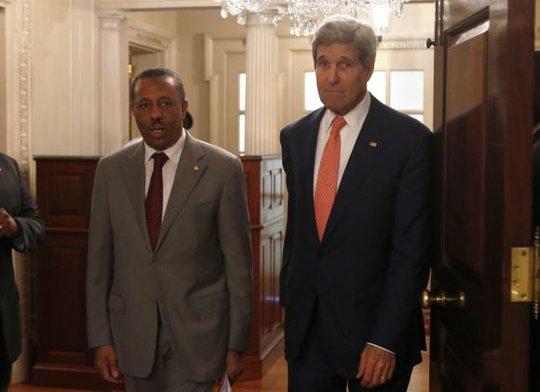 Thủ tướng Libya Abdullah al-Thinni (trái) đang gặp nhiều áp lực vì khủng hoảng tại thủ đô Tripoli. Ảnh: Reuters