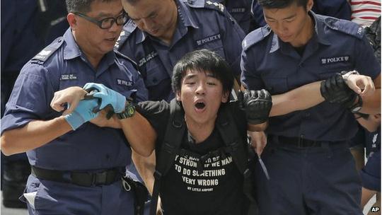 Bắc Kinh vẫn chưa can thiệp vào cuộc biểu tình ở Hồng Kông mà để chính quyền đặc khu tự giải quyết. Ảnh: AP