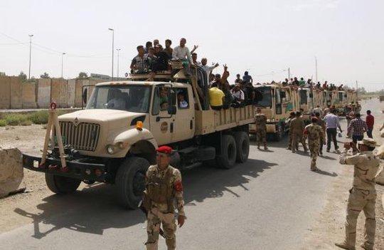 Các tình nguyện viên tham gia quân đội Iraq để chống lại các chiến binh Hồi giáo dòng Sunni hôm 13-6. Ảnh: Reuters