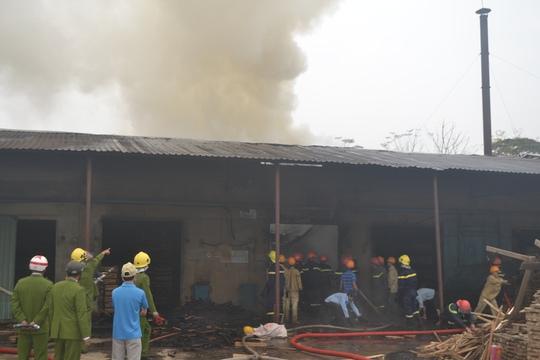 Cột khói bốc cao phía bên trong xí nghiệp