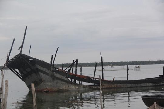 Chiếc tàu câu mực của ngư dân Phạm Cương ở xã Tam Giang cháy rụi vào ngày 28-6