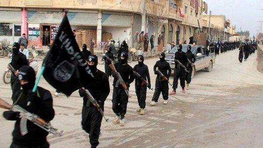 Các chiến binh IS di chuyển trên đường phố Raqqa, Syria. Ảnh: AP