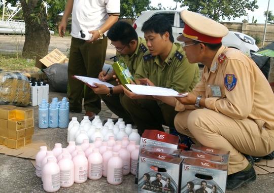 Lực lượng liên ngành Thanh Hóa đang kiểm tra lô mỹ phẩm không nguồn gốc, xuất xứ