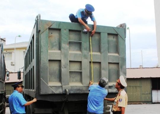 Một trong 2 chiếc xe đang được lực lượng liên ngành Thanh Hóa tiến hàng đo đạc để cắt thùng vượt chuẩn cho phép