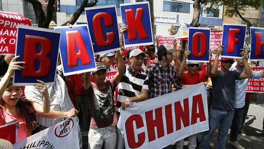 Người dân Philippines và Việt Nam tuần hành phản đối việc Trung Quốc hạ đặt trái phép giàn khoan Hải Dương 981 trong vùng biển Việt Nam. Ảnh: Reuters