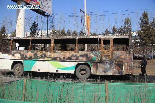 Chiếc xe buýt bị cháy trơ khung tại hiện trường vụ tai nạn. Ảnh: Tân Hoa Xã