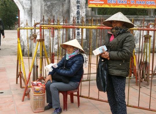 Dịch vụ đổi tiền lẻ nhộn nhịp trước cổng đền