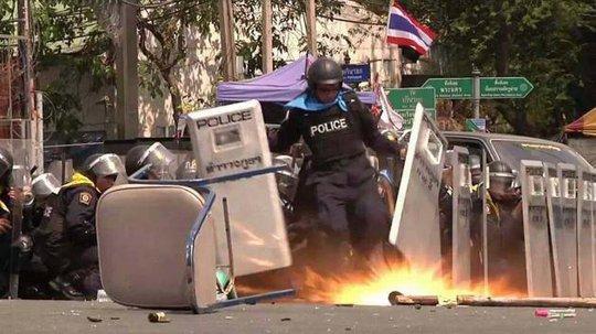 Khoảnh khắc Thiradej Lekphu đá bay lựu đạn cứu đồng đội. Ảnh: The Nation