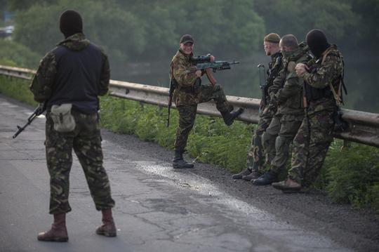 Binh sỹ Nga xuất hiện gần biên giới miền Đông Ukraine hôm 18-6. Ảnh: AP