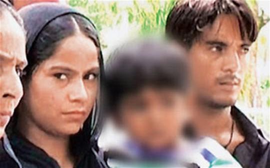 Cô bé Guddi, 3 tuổi bên gia đình. Ảnh: Telegraph
