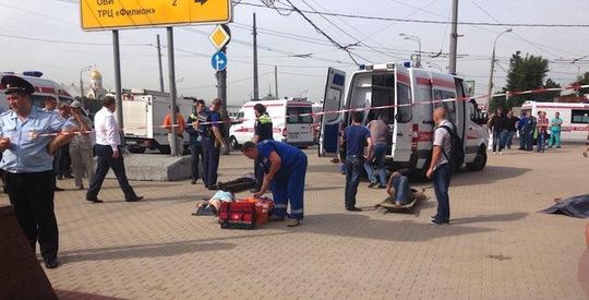 Cảnh sát phong tỏa hiện trường vụ tàu điện ngầm trật bánh hôm 15-7. Ảnh: Twitter