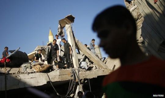 Người dân Palestine hứng chịu cuộc không kích của quân đội Israel đêm 20-8. Ảnh: Reuters