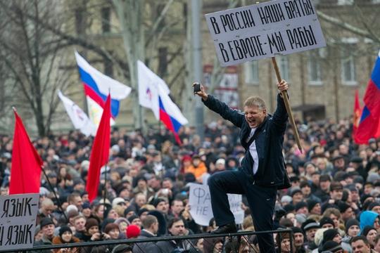 Người biểu tình ở thành phố Donetsk, nơi chính quyền Kiev vừa triển khai quân sự để bình ổn trật tự. Ảnh: Reuters
