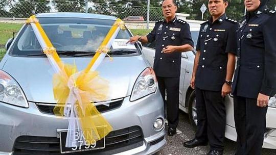 Trong số tang vật thu được, cảnh sát tìm thấy một chiếc ô tô được trang trí làm xe rước dâu. Ảnh: THE STAR/ASIA NEWS NETWORK