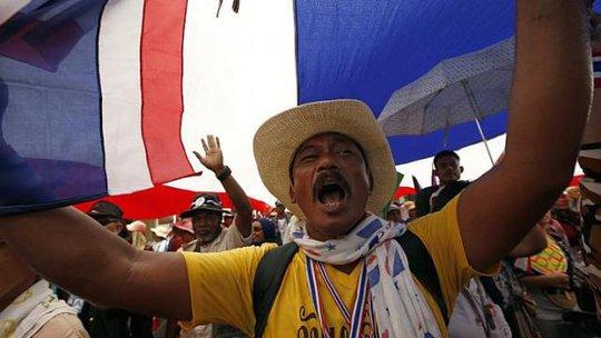 Người biểu tình tại Bangkok hôm 19-5. Ảnh: EPA