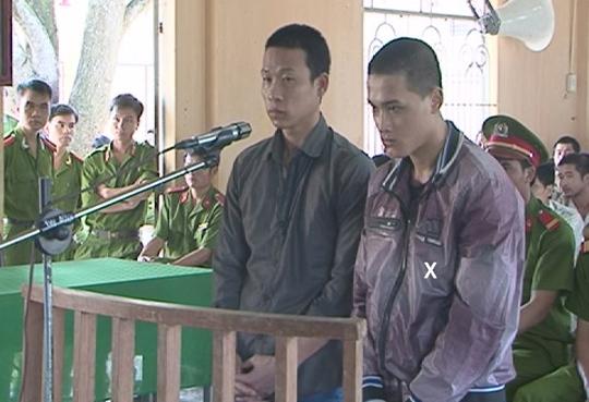 Bùi văn Tùng (x) và Phạm Xuân Nam tại tòa.
