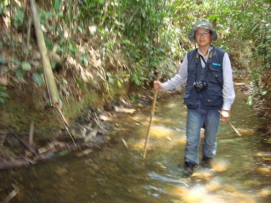 Lội qua một con suối dài khoảng hơn 3km mới tới được hang Thoát Y Vũ