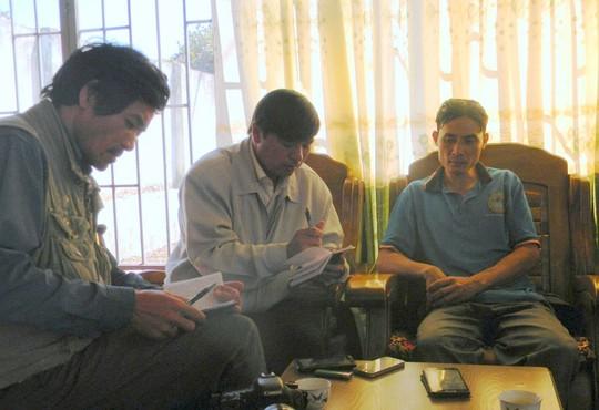 Anh Nguyễn Văn Chung (bên phải) kể lại sự việc đánh đập vừa xảy ra