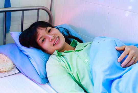 Nạn nhân nữ Đỗ Thị Hồng Ngọc, nạn nhân yếu nhất khi được đưa ra ngoài cũng đã hồi phục sức khỏe. Chị Ngọc cho biết, mong xuất viện sớm để về nhà với con. Ảnh: N.T.N