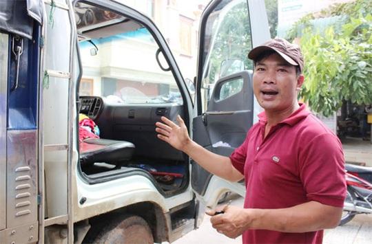 Anh Khánh đang kể lại sự việc mình bị cướp ngay trên ca pin xe.