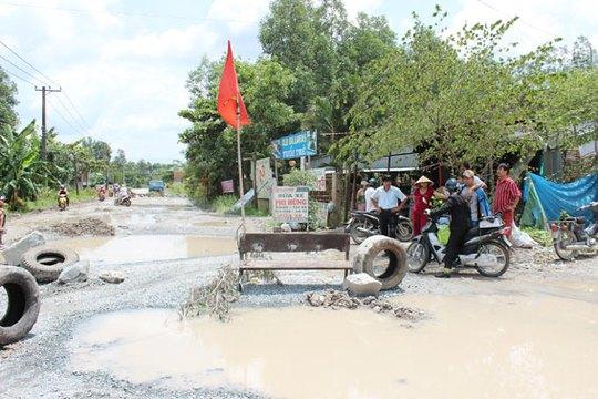 """Đoạn đường qua khu vực này từ nhiều tháng nay đã biến thành """"ao"""" nhưng vẫn không được sửa chữa."""