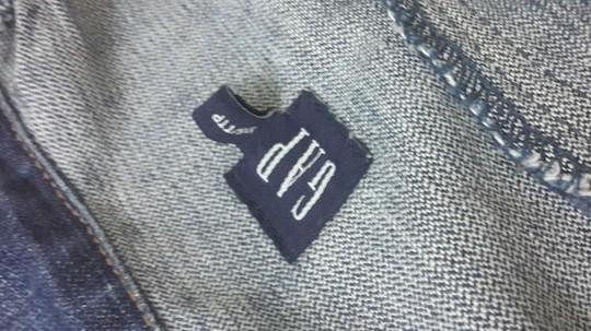 """Một chiếc áo khoác jean hiệu Gap - made in USA được mua với giá 150.000 đồng từ đống đồ sida, sau khi """"mông má"""" được treo với giá 1,5 triệu đồng - Ảnh: H.D."""