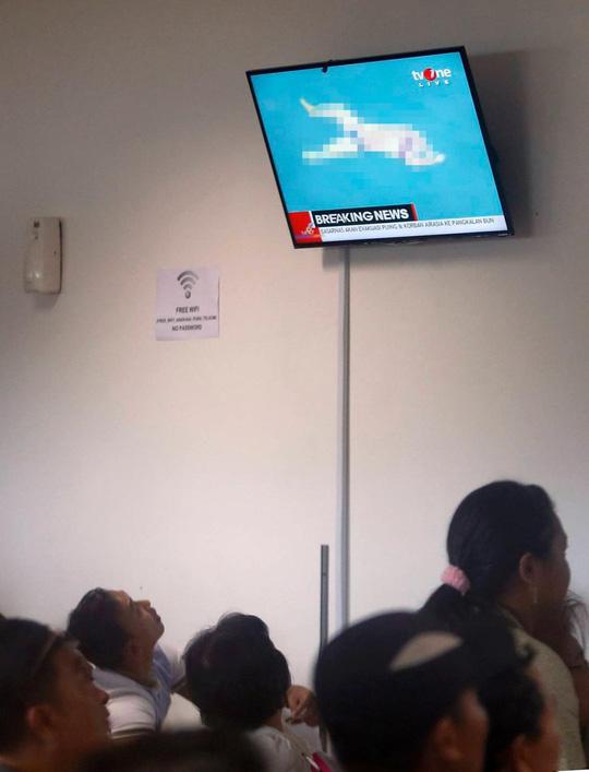 Người nhà nạn nhân khó có thể giữ bình tĩnh khi xem trực tiếp trên truyền hình cảnh tượng này. Ảnh: EPA