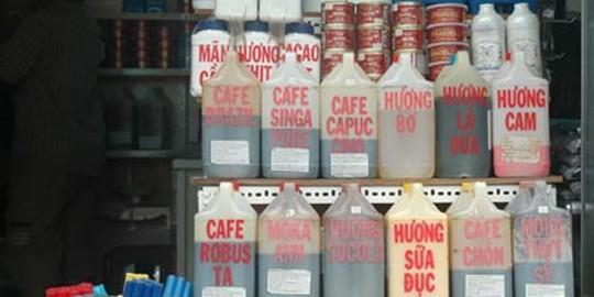 Hương liệu cà phê và nhiều loại khác được bán tràn lan ở chợ Kim Biên