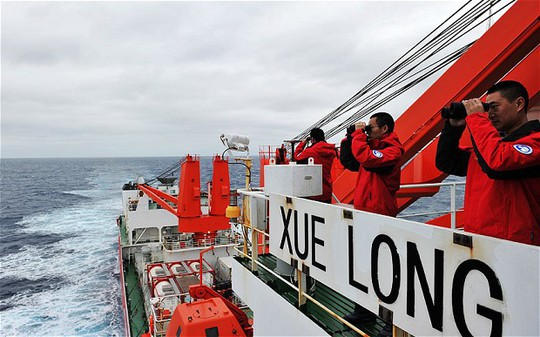 Crew members of Chinese icebreaker Xuelong search for the missing Malaysia Airlines Flight MH370