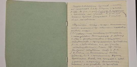 """Giáo sư Andrew nhấn mạnh những dòng ghi chép bằng tay trong các cuốn sổ bìa xanh lá của ông Mitrokhin đã rọi ánh sáng vào """"những hoạt động bên trong của KGB. Ảnh: http://www.cam.ac.uk/"""