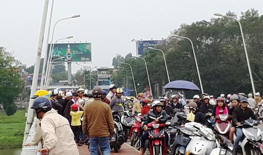 Bố nhảy sông tự tử để lại con nhỏ trên cầu Phú Xuân