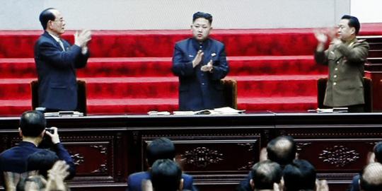 Trái với thông tin từ báo chí Hàn Quốc trước đó, quốc hội Triều Tiên vẫn bầu lại ông Kim Yong-nam làm chủ tịch và ông Pak Pong-ju làm thủ tướng. Ảnh: AP