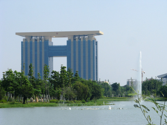 Gần tòa nhà trung tâm hành chính là công viên cây xanh rộng nhiều hecta