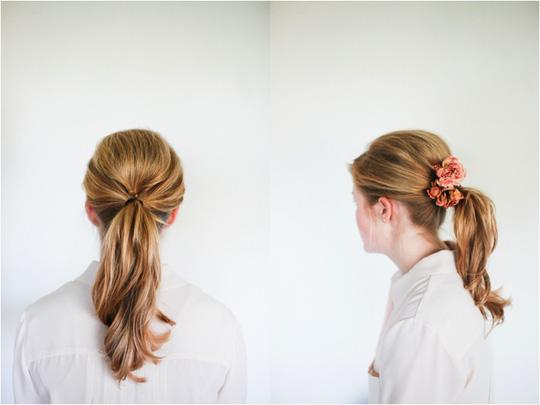 Kiểu tóc đuôi ngựa đơn giản nhưng chưa bao giờ lỗi mốt. Các nàng có thêm ruy-băng màu sắc hay vài nụ hoa để tạo cảm giác mới lạ.