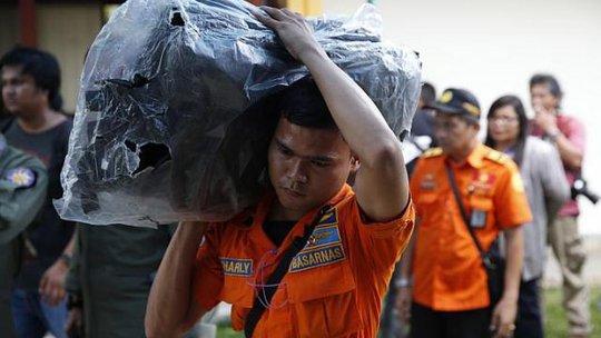 Các mảnh vỡ và thi thể từ chuyến bay QZ8501 đang được trục vớt sẽ phần nào làm sáng tỏ những bí ẩn xung quanh thảm kịch. Ảnh: Reuters
