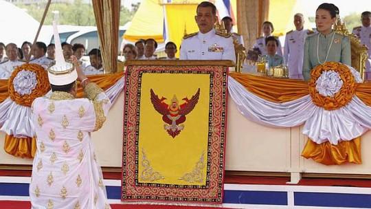 Thái tử Maha Vajiralongkorn và vương phi Srirasmi Akharaphongpreecha Ảnh: Reuters