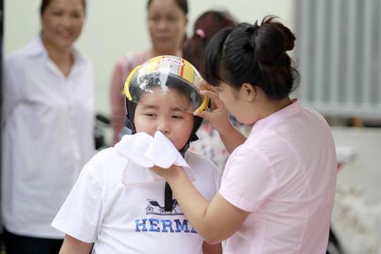 Trước khi vào dự lễ khai giảng các em học sinh trước sinh vào lớp sẽ được lau mặt và tay bằng khăn sạch riêng