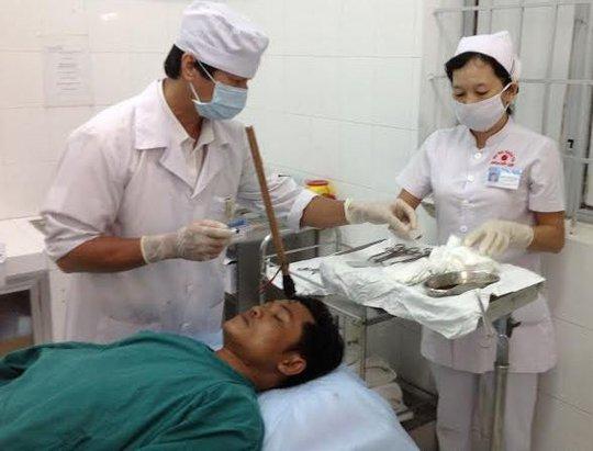 Anh Nguyễn Tuấn Dương được các bác sĩ phẫu thuật lấy cây xiên ở trán ra. Ảnh SN