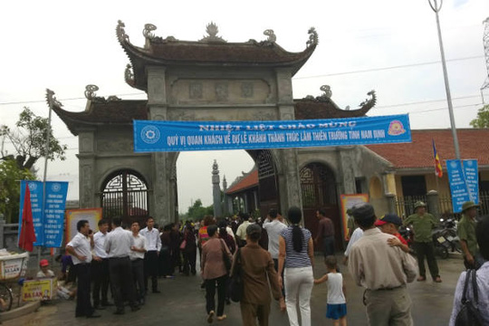 Từ sáng sớm, đông đảo nhân dân, Phật tử đã đổ về Nam Định chiêm bái và dự lễ khánh thành Đại tượng Phật