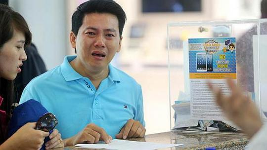Mr Pham Van Thoai, a factory worker, was so desperate he knelt down to beg the shop employees to return his hard-earned cash, but only got refunded less than half of what he paid. -- PHOTO: LIANHE ZAOBAO