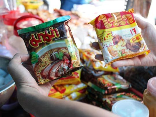 Các mặt hàng như mì gói, lạp xưởng, xúc xích, bia… cũng được mang từ Campuchia sang