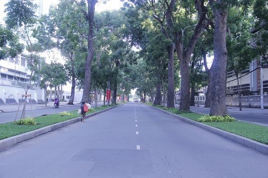 Sáng nay Sài Gòn thời tiết nắng ấm, thuận lợi cho người dân có một ngày đi chơi lễ thoải mái. (Ảnh: Đường Tôn Đức Thắng, quận 1, chỉ có lác đác vài người qua lại, với hàng cây xanh phủ bóng, từng ánh nắng mai chiếu xuyên qua tán lá xuống đường thật yên bình.