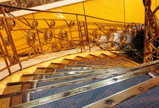 Cầu thang màu vàng có tuổi hơn 100 năm.